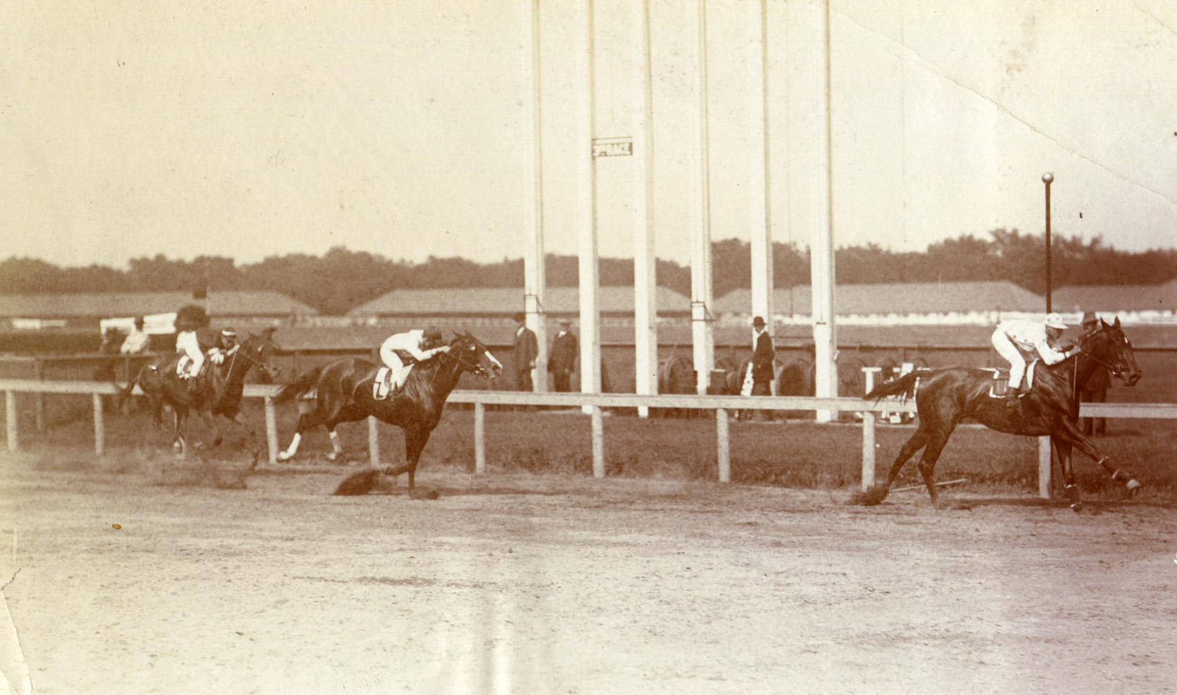 Maskette (Scoville up) winning the 1909 Gazelle at Gravesend (Museum Collection)