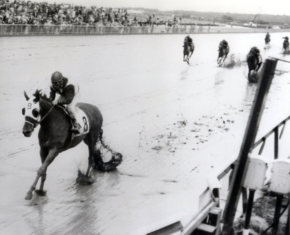Sam Boulmetis and Tosmah winning the 1963 Mermaid Handicap at Atlantic City (Jim Raftery Turfotos/Museum Collection)